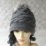 Zimowa czapka a pomponem wzór warkocze - sttlowa czapka