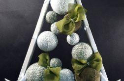 Drewniana choinka w odcieniach zieleni LED