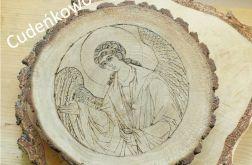 Anioł na dębowym drewnie