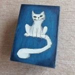 Pudełko malowane średnie - Kot w granatowym - kot biały