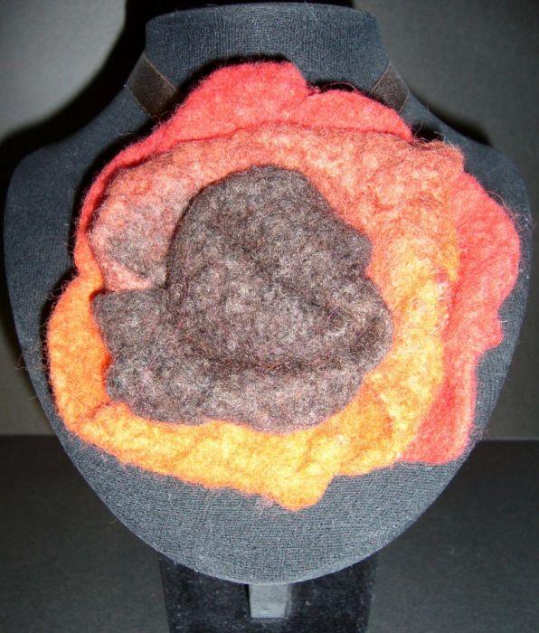 Naszyjnik z dużym filcowym kwiatkiem