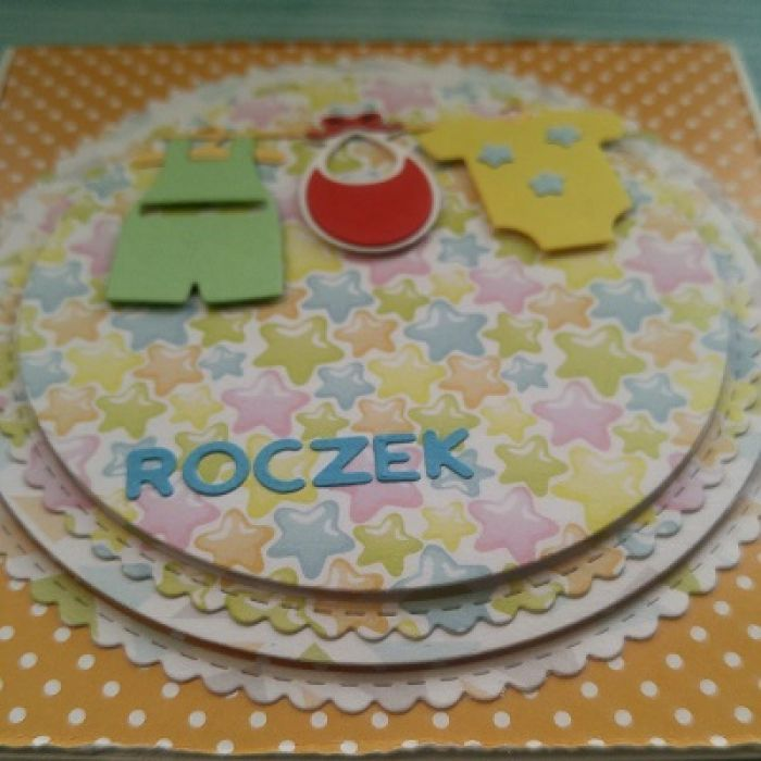 Karteczka na ROCZEK - Ubranka zawieszone na wieszaczkach