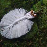 Breloczek liść boho biały