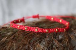 Czerwona bransoletka Relva ze złotymi koralikami