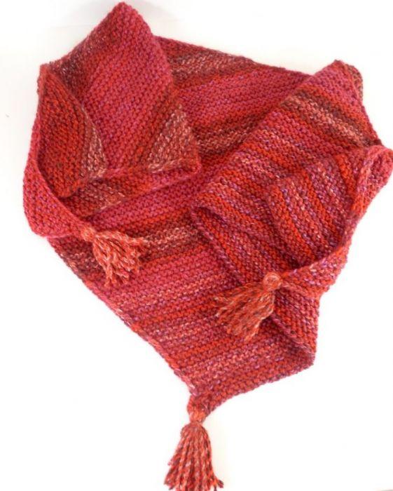 Trójkatna chusta w odcieniach czerwieni