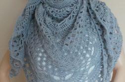 Szara szydełkowa chusta