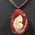 Naszyjnik z kamieniem zatopionym w filcu