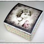 Szkatułka dziewczynka z różą vintage