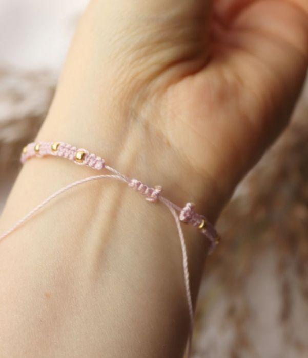 Różowa bransoletka złote dodatki i akcesoria - regulowana bransoletka