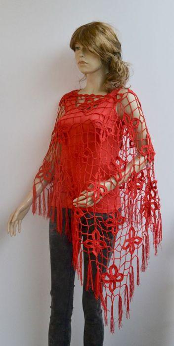 Czerwone szydełkowe poncho