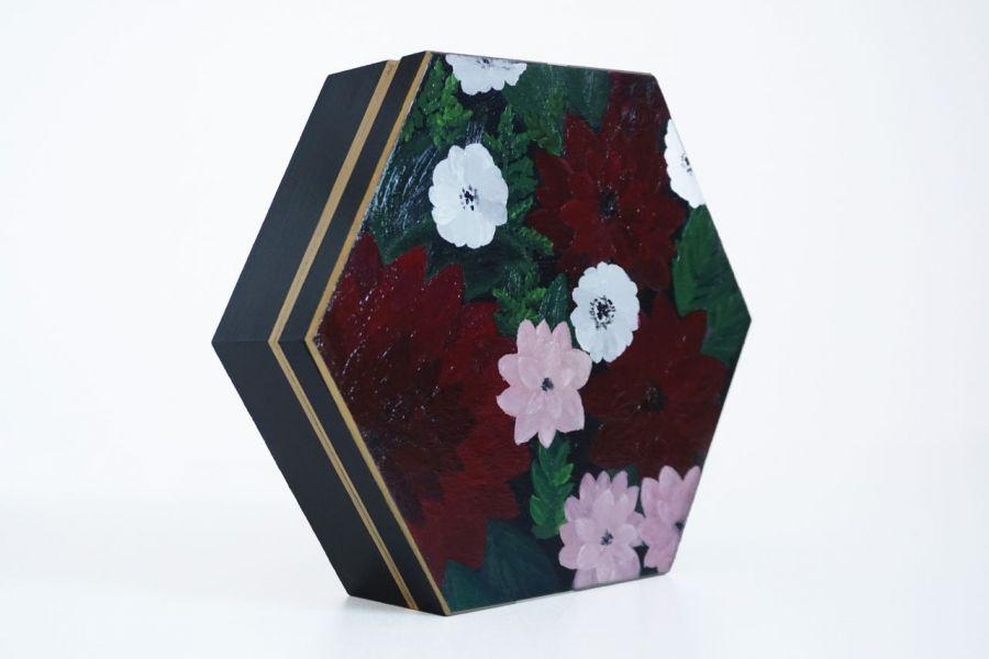 Szkatułka bordowe kwiaty  - zbliżenie na zdobienie boczne szkatułki