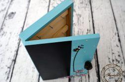 turkusowe pudełko na klucze z tablicą żyrafa