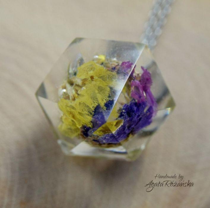 Wisiorek diament z kolorowymi kwiatami - Kwiaty zostały wcześniej ususzone aby były trwalsze