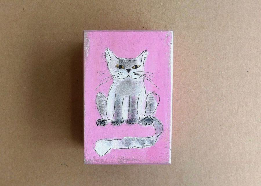 Pudełko malowane małe-Kotek w jasnym różu - kocur szarawy