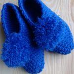 Niebieskie kapcie z pomponem