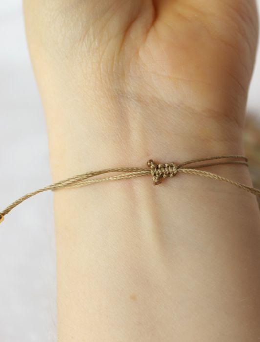 Bransoletka z drewnem kokosowym na sznureczku - bransoletka na złocistym sznureczku