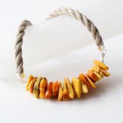 Naszyjnik z bursztynami na lnianym sznurze.