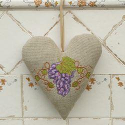 Rustykalnie - serce z fioletowym winogronem
