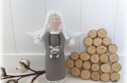 Anioł szaro-biały w kropki