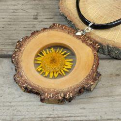 wisior z żywicy drewna i żółtego kwiatu