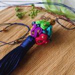 Kolorowy wisior - kulka z chwostem