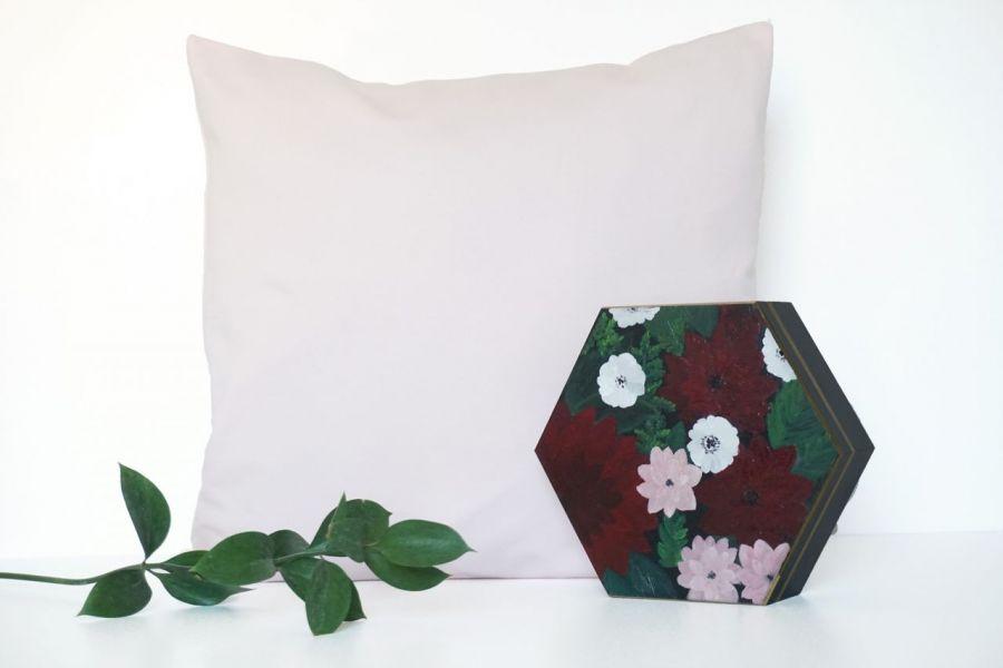 Szkatułka bordowe kwiaty  - szkatułka na tle poszewki (45x45cm) w odcieniu pudrowego różu