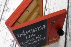 czerwone pudełko na klucze z tablicą żyrafa