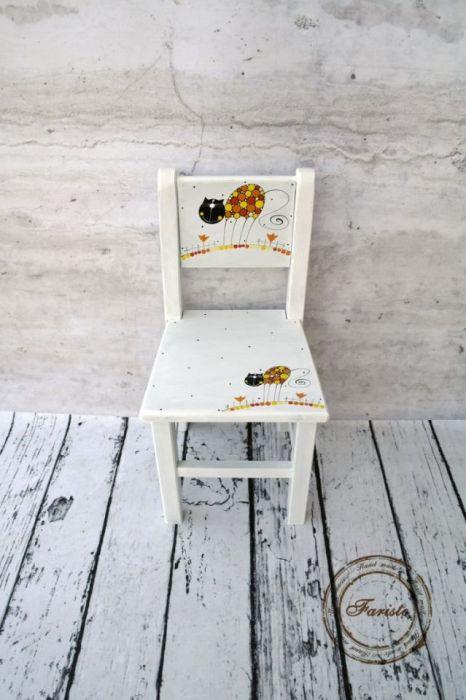 białe krzesełko z oparciem kotek
