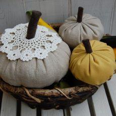 Mała, lniana dynia - jesienna dekoracja