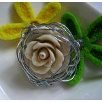 Broszka z korala, kremowa różyczka, ecru