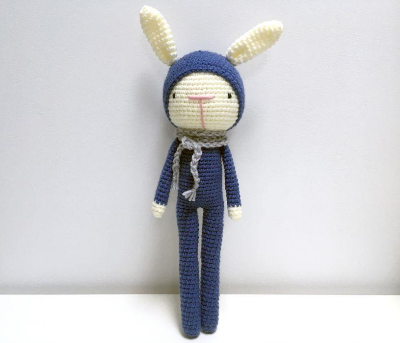 Granatowy królik. Maskotka szydełkowa