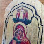 Mała ikona Maryi z dzieciątkiem na starej descze - widok z boku