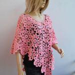 Kwiatowe poncho różowe - szydełkowa narzutka