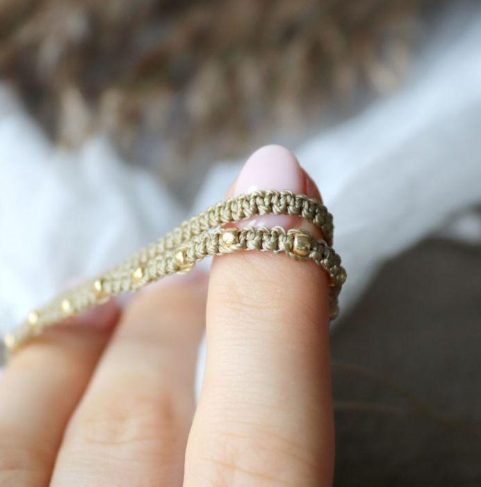 Bransoletka na rękę ze złotymi koralikami  - Subtelna bransoletka na nadgarstek