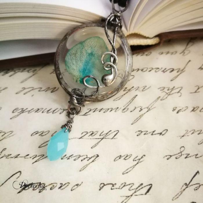 Blue naszyjnik z płatkiem hortensji w szkle