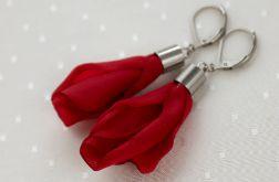 Czerwone wiszące kolczyki z płatkami kwiatów
