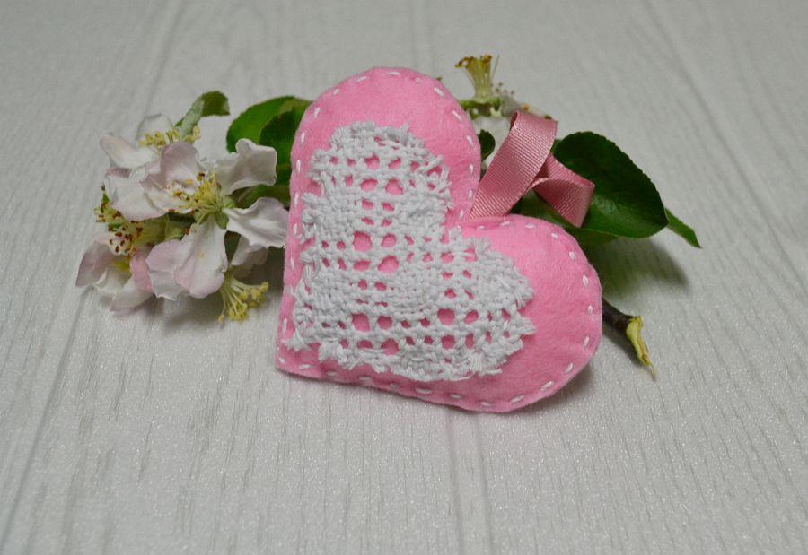 Różowe serce -zawieszka z filcu