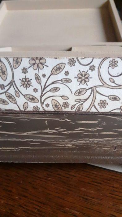 Duża Szkatułka RÓŻA dwupoziomowa - Duża drewniana szkatułka, na biżuterię, wnętrze szkatułki jest dwupoziomowe, podnoszona szufladka z przegódkami oraz dolna skrzynia bez przegródek na większe korale ...na tym zdjęciu widać efekty złuszczeń farby w powiększeniu