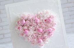 Pudrowe róże w sercu
