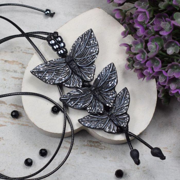 Długi wisior Czarne motyle - wisiorek motylki
