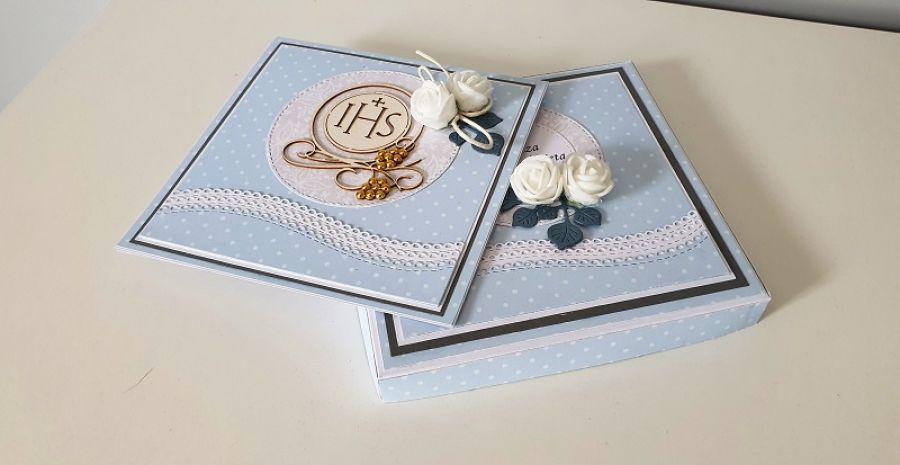 Kartka na Komunię Świętą w pudełku nieb róże