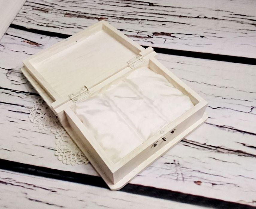 c82e62a9 Białe pudełko na obrączki księga para