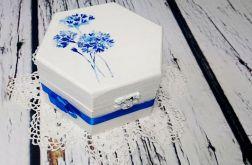 Biało niebieskie pudełko z kokardką
