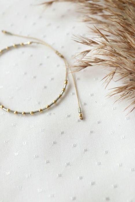 Bransoletka ze złotymi koralikami  - Bransoletka z koralików na sznureczku