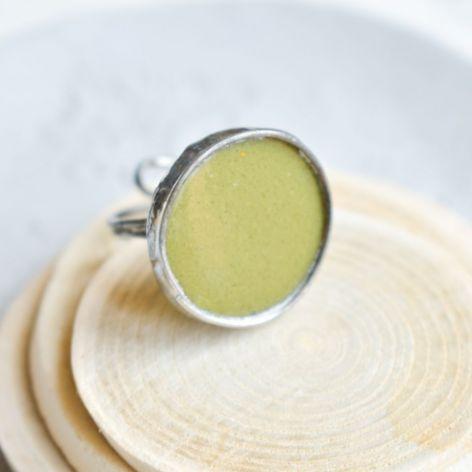 Oliwkowe - pierścionek ze szkłem