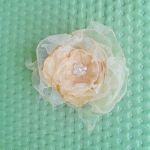 Broszka kwiat brzoskwiniowy