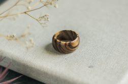 Szeroka obrączka z drewna zebrano
