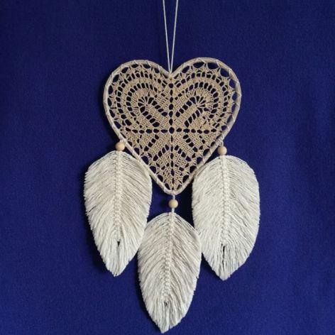 Łapacz snów- serce z makramowymi piórkami