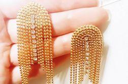 Kolczyki z paskiem cyrkoni i złotym kulkowym łańcuszkiem
