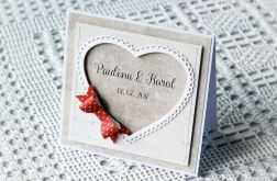 Kartka z imionami i czerwoną kokardą 003